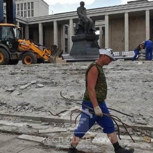На ступенях Ленинской библиотеки затеяли очередной ремонт