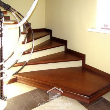 Легкая бетонная лестница с кованым ограждением в стиле модерн, г.Орехово-Зуево