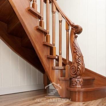 Деревянная лестница с резным столбом из дуба, г. Железнодорожный