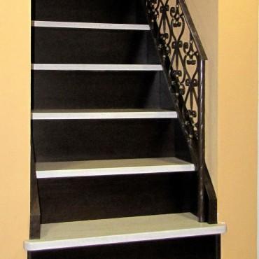 Обшивка готовой бетонной лестницы с кованым ограждением, г.Москва