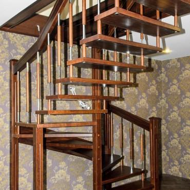 Лестница на больцах с комбинированными балясинами,  г. Москва и Московская область