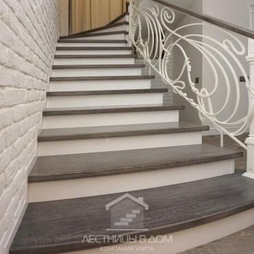 """Бетонная лестница с дубовыми ступенями и кованым ограждением """"Модерн"""""""