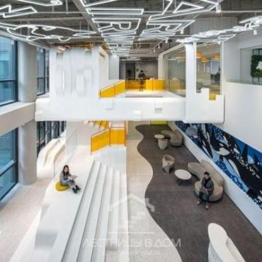 Киты и волны на лестнице – как выглядит новый офис Mark Fairwhale