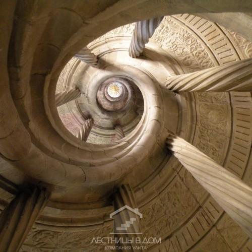 Выставка под названием «По спиралям лестниц мира»