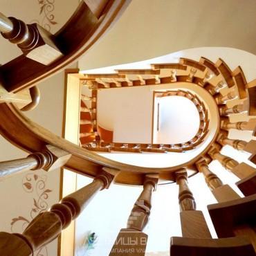 Винтовая дубовая лестница на бетонном основании г. Москва