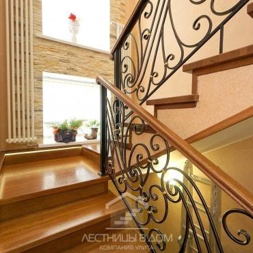 Дубовая лестница с кованым ограждением и подсветкой г. Москва