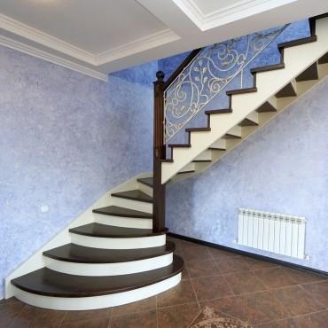 Деревянная лестница с подиумными ступенями и ковкой, г. Павловский Посад