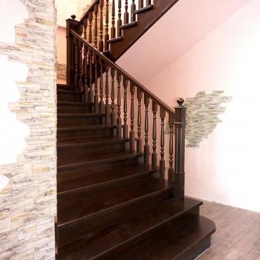 Лестница из лиственницы на бетонном марше, г.Ногинск
