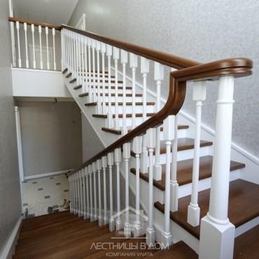 Современная классическая лестница на бетонном марше