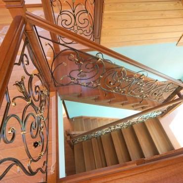 Отделка бетонной лестницы дубом с кованым ограждением г. Железнодорожный